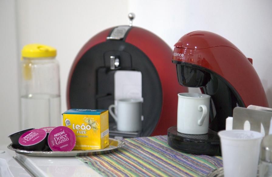Cantinho do café com 2 opções de máquina: com cápsula e café coado